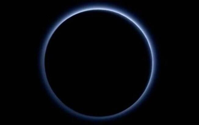 Plutão tem água congelada e céu azul, diz Nasa
