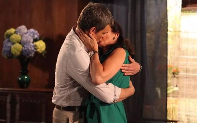 Griselda e René se beijam em
