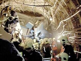 Resgate. Imagem mostra o momento do resgate no túnel do metrô de onde o vagão descarrilou ontem