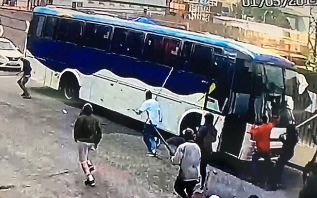 Briga entre torcedores do Palmeiras na zona leste é flagrada por câmeras de segurança