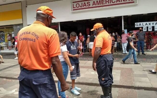 Ao da Defesa Civil distribui mscaras no Centro de Campinas