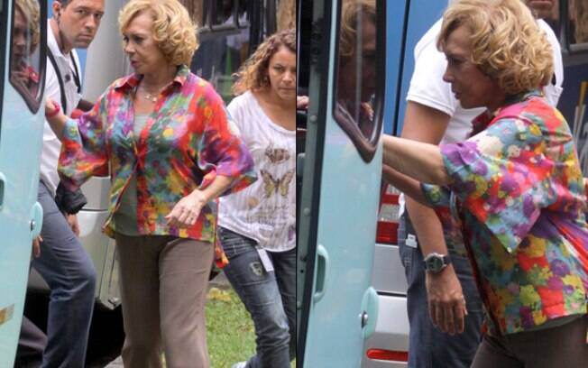 Arlete Salles entra em ônibus da produção para retocar o visual