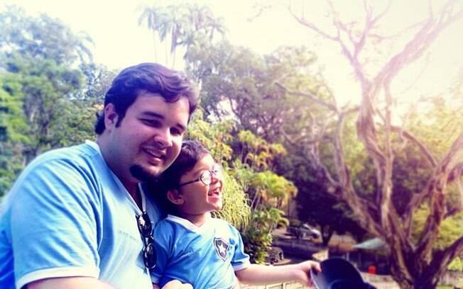 Diego com Gabriel no colo: criatividade para ajudar no tratamento do filho