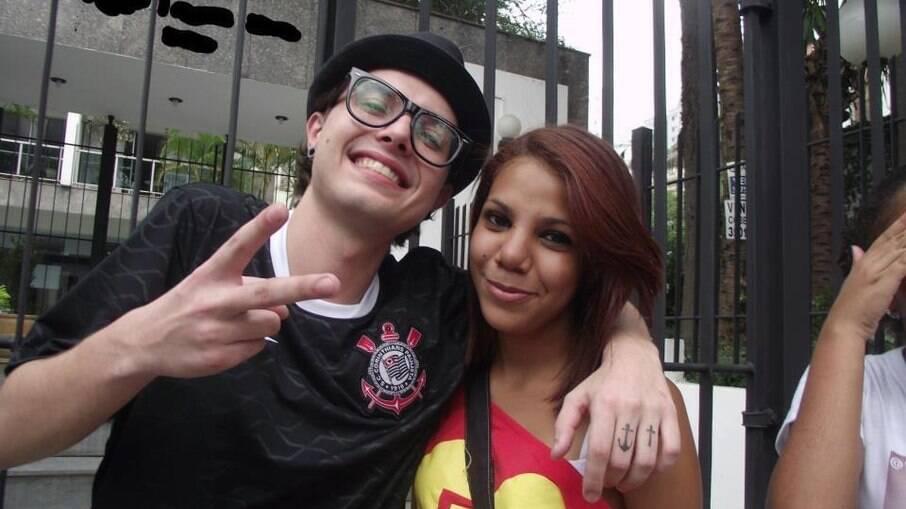 Ysabela Carolinna, 23, passou horas em filas de shows do Restart e chegou a ficar na frente da casa de Pe Lanza para entregar presentes ao vocalista