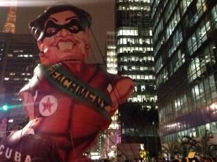 Boneca gigante de Dilma é inflada