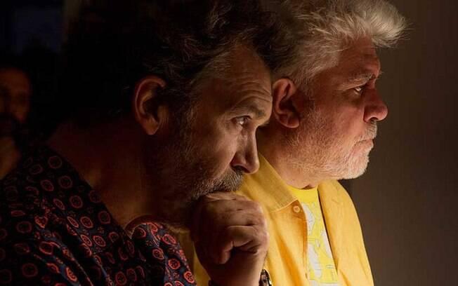 Imagem sobrepõe Antonio Banderas e seu diretor Pedro Almodóvar: autoficção Dor e Glória estreia nos cinemas nesta quinta (13)