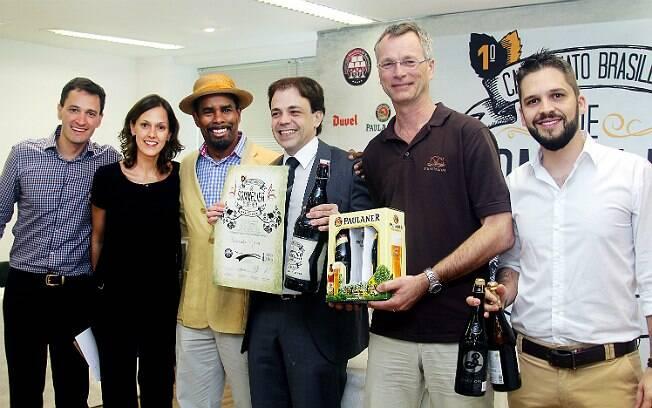 Da esquerda para a direita: Alfredo Ferreira, Kathia Zanatta, Garrett Oliver (mestre-cervejeiro da Brooklyn), Alexander Moraes (vencedor do campeonato), Martin Zuber e Estácio Rodrigues
