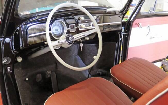 Interior do raro VW Fusca 64 tem bancos com revestimento alaranjado e detalhes brancos, tudo original de fábrica