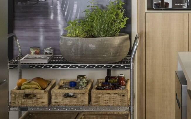 Já quem tem mais espaço no cômodo pode utilizar um carrinho para armazenar os temperos, como em um vaso mais amplo