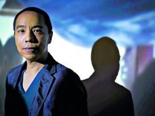 Multiartista.   Apichatpong, fotografado acima na exposição do Oi Futuro no ano passado, trabalha com cinema e instalações há dez anos
