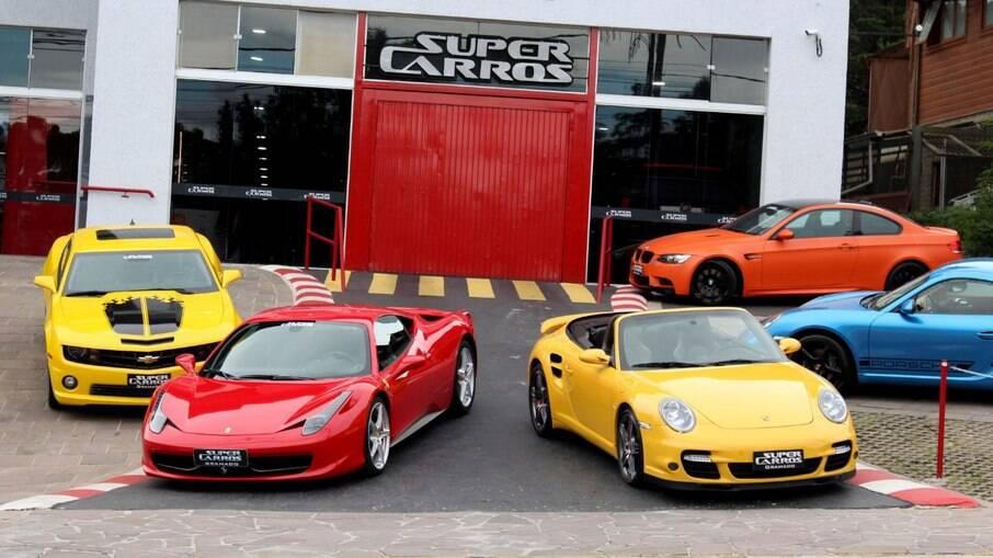 Loja conta com 2.400 m² de área total e conta com diversos esportivos para teste drive, entre outras atrações