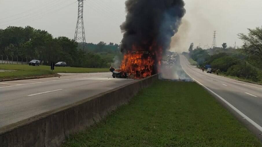 Carro e ônibus pegando fogo na Dutra