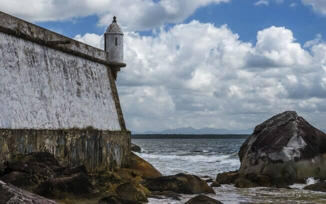 Uma das principais atrações da Ilha do Mel é o forte, situado ao norte da ilha - na qual carros são proibidos. Dos lugares para viajar no Brasil a dois, este pode ser o que mais te surpreenda, com atrações turísticas por todo o lado