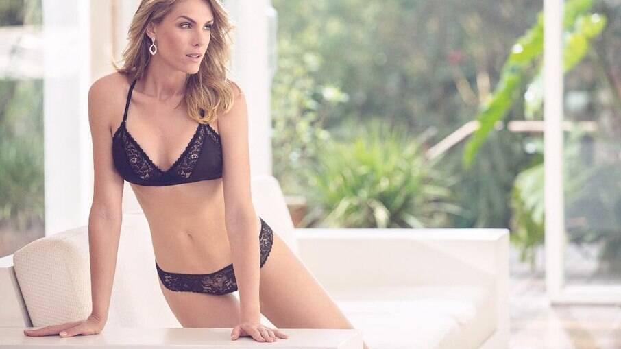 A apresentadora Ana Hickmann  desencadeou inúmeros elogios ao posar sexy e vestindo apenas uma lingerie