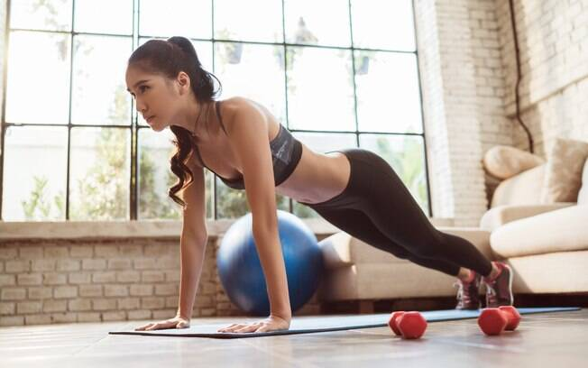 Separe um espaço da casa e invista nesses exercícios para emagrecer