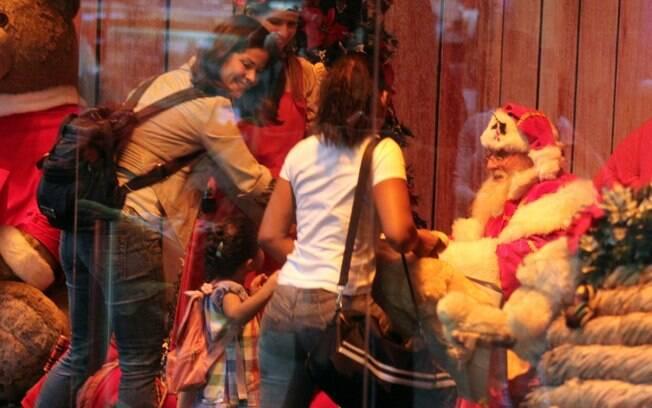 Samara Felippo leva Alícia para ver o Papai Noel