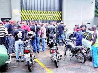 Protesto. Em dezembro de 2013, funcionários cobraram salários na porta da sede da Embraforte