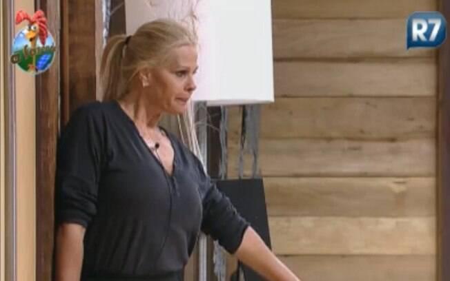 Monique mostra como tinha de ficar para dar passagem às peoas
