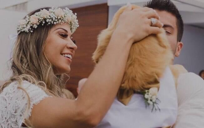 Mayra Cardi e Arthur Aguiar doaram o cachorro