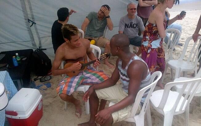 Neymar toca cavaquinho na praia, na manhã desta sexta-feira (25)