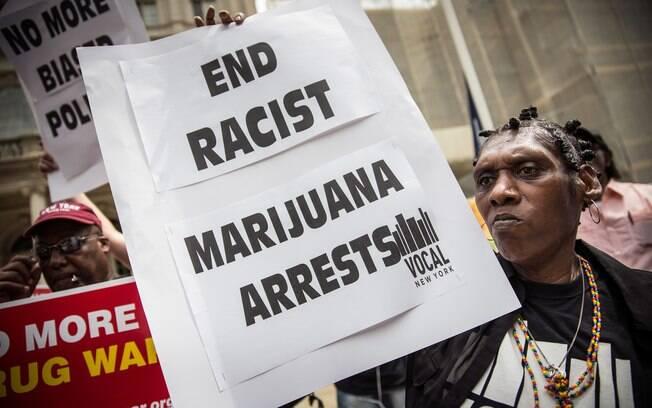 Assim como ocorre no Brasil, em países como os EUA são denunciadas prisões por porte de drogas que acabam encarcerando principalmente negros e pobres