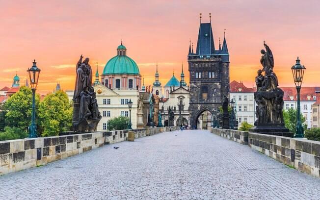 A Ponte Carlos é o principal cartão-postal da cidade de Praga, na República Tcheca, fora as outras muitas outras atrações