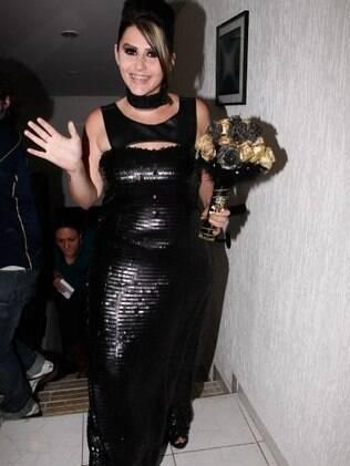 Mayara e seu excêntrico vestido de noiva escuro