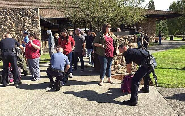 Polícia revista pertences de alunos e funcionários na saída de escola onde ocorreu o tiroteio