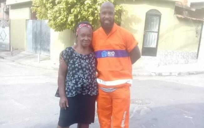 Dona Maria Eli, 72 anos, com o gari Leandro, que achou R$ 700 dela e devolveu dinheiro