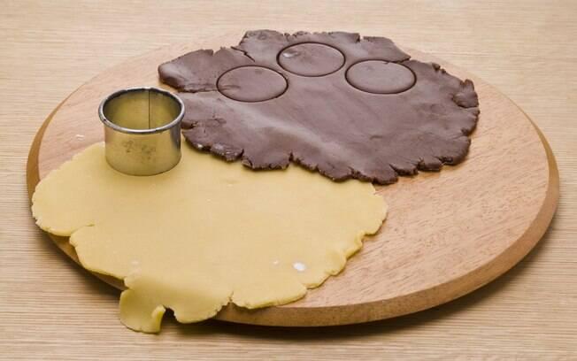 Corte 20 círculos com cortador de biscoitos de 4, 5 cm de diâmetro. Reserve