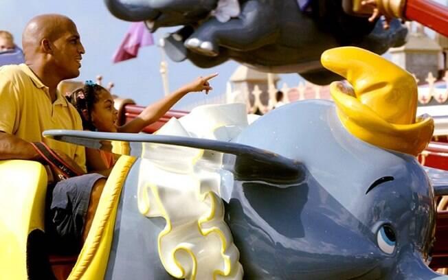 As crianças se aventuram em um voo no Dumbo the Flying Elephant