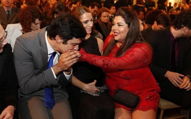 Mateus Solano cumprimenta Fabiana Karla