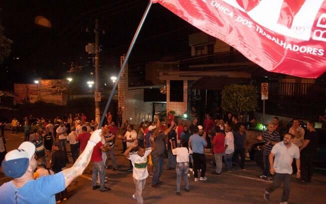 Manifestantes pró e contra Lula em frente ao prédio em que o ex-presidente mora
