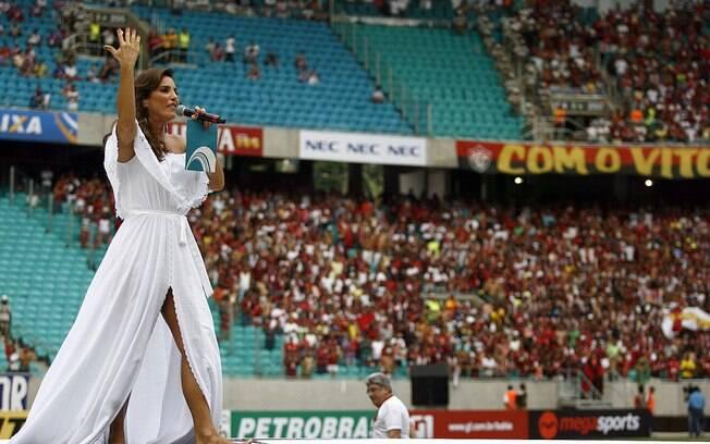 Ivete Sangalo cantou para a torcida do seu Vitória antes do Ba-Vi