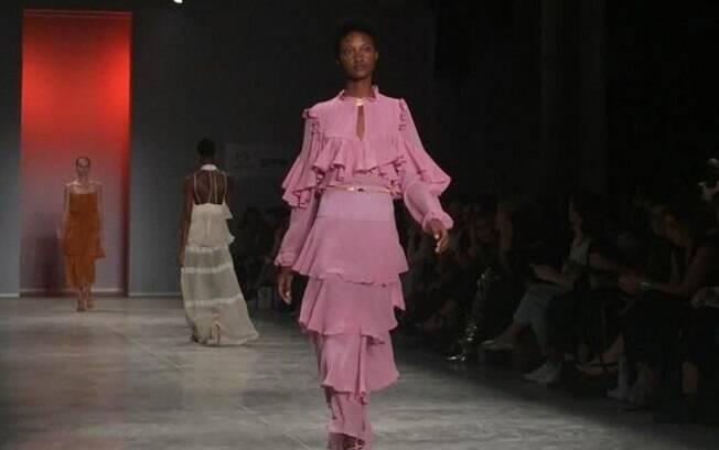 A grife da designer Lilly Sarti levou recortes, cores e tecidos leves para a passarela do São Paulo Fashion Week N45