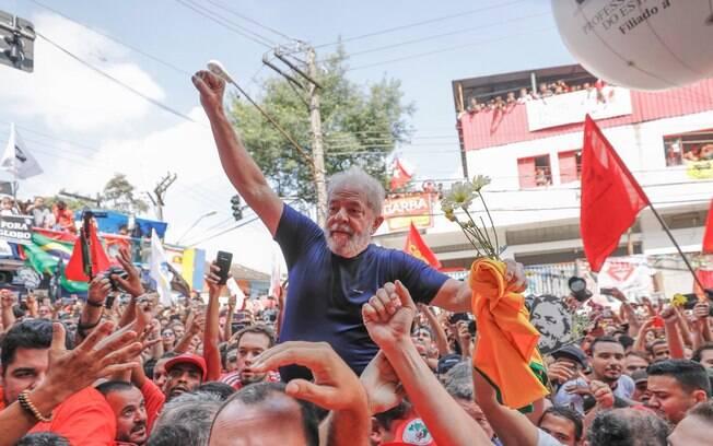 Após o discurso, Lula foi carregado nos ombros em meio à multidão do carro de som, onde discursou, até o prédio do Sindicato dos Metalúrgicos.