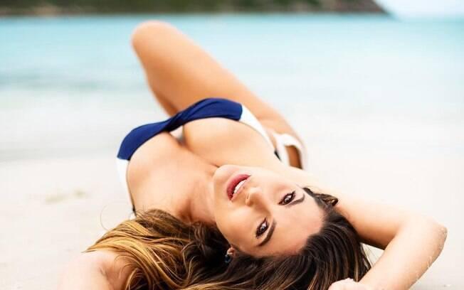Flávia Alessandra sensualizou na areia da praia
