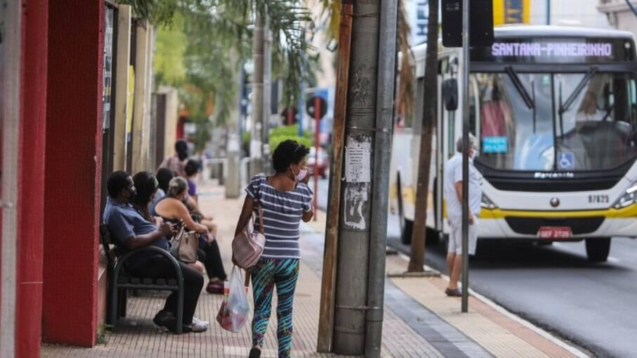 Ponto de ônibus é onde há maior risco de contágio, diz estudo