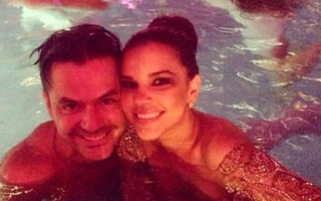 Mariana Rios pula na piscina do Copacabana Palace de roupa com o amigo Danilo Faro