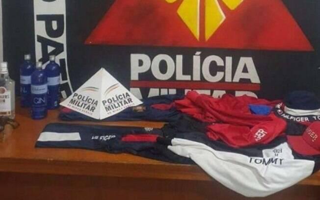 Arma, roupas e outros objetos apreendidos pela PM.