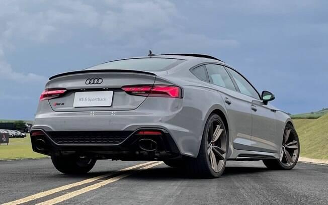 Audi RS 5 Sportback: duas largas saídas de escapamento na traseira liberam o ronco do motor V6, biturbo, de 450 cv
