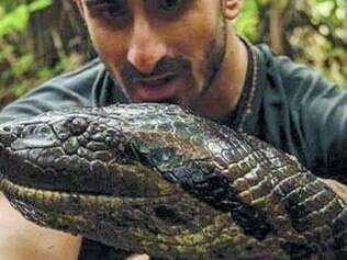 Somente a cabeça de Paul Rosolie entrou na boca da cobra