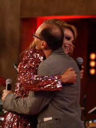 Britto Jr. cumprimenta Léo Áquilla após anunciá-la como terceira colocada