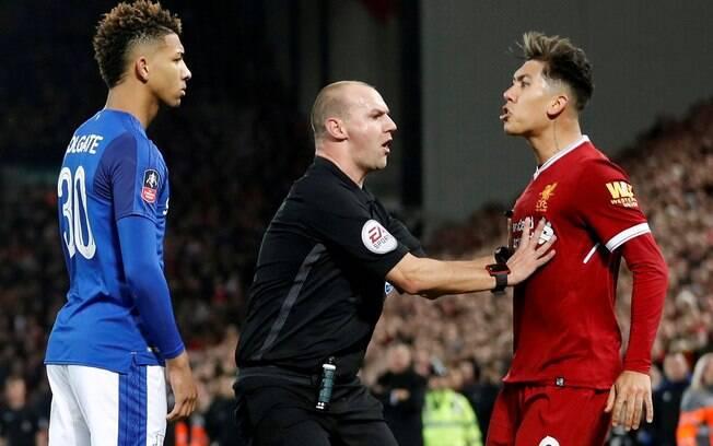 Roberto Firmino e Holgate se estranham durante o clássico entre Liverpool e Everton