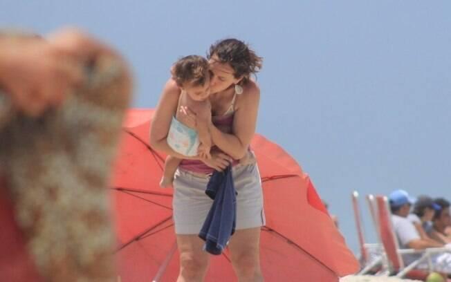Vanessa beija a filha Cora