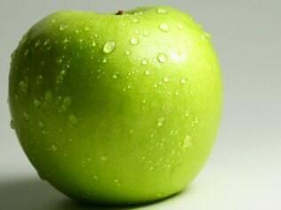 Coloque cascas de maça verde no banho de bem estar