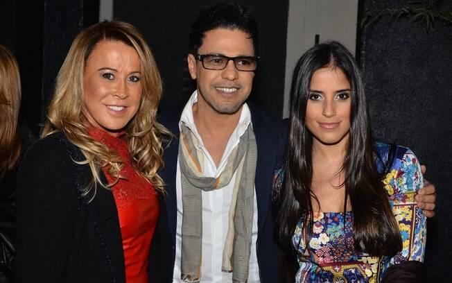 Zilu posa ao lado de Zezé e da filha Camilla