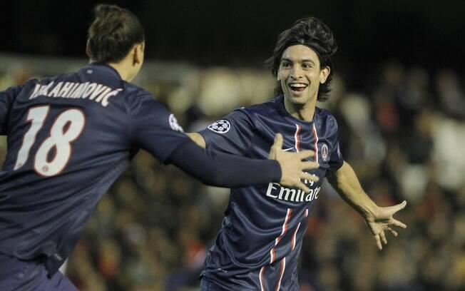 Pastote comemora o segundo gol do PSG contra  o Valencia, fora de casa