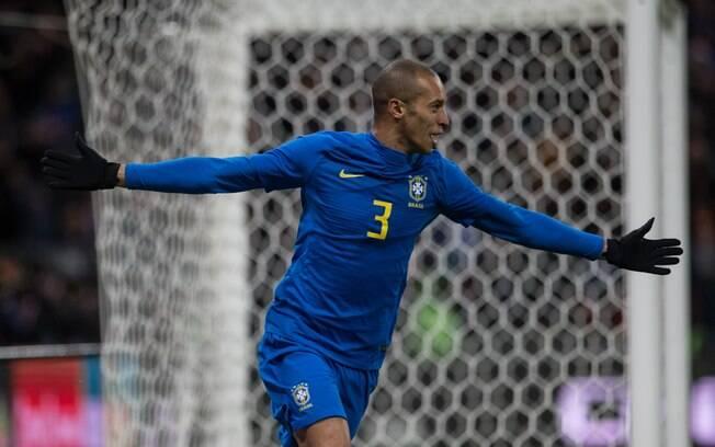 Miranda celebra primeiro gol do Brasil diante da Rússia, em amistoso em Moscou