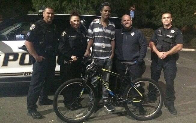 Jovem que andava 11 km para chegar ao trabalho ganha bicicleta de policiais